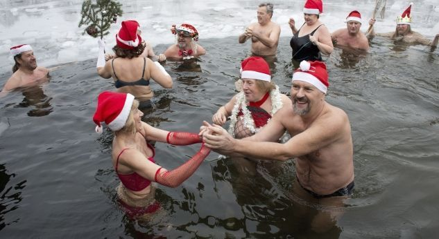 Bañarse en agua helada o colocar telarañas en el árbol de Navidad son algunas formas peculiares de celebrar estas fiestas. te decimos algunas de las costumbres navideñas más curiosas