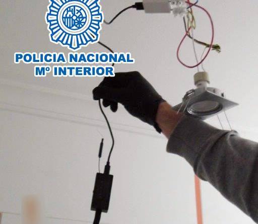 La Policía Nacional ha detenido a un varón por instalar una «mini cámara espía» en el cuarto de baño de su vecina