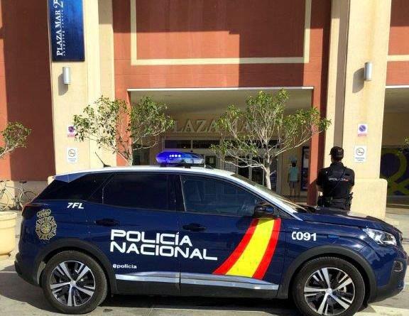 La Policía Nacional ha detenido  infraganti en Alicante a cuatro jóvenes por robo con violencia e intimidación a otro joven en un centro comercial