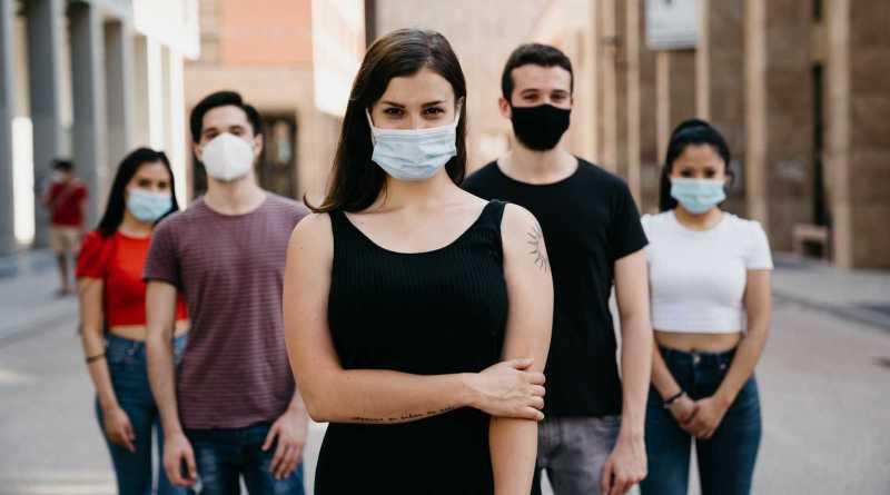 El 57% de los casos de coronavirus asociados a brotes son en personas adolescentes y treintañeras