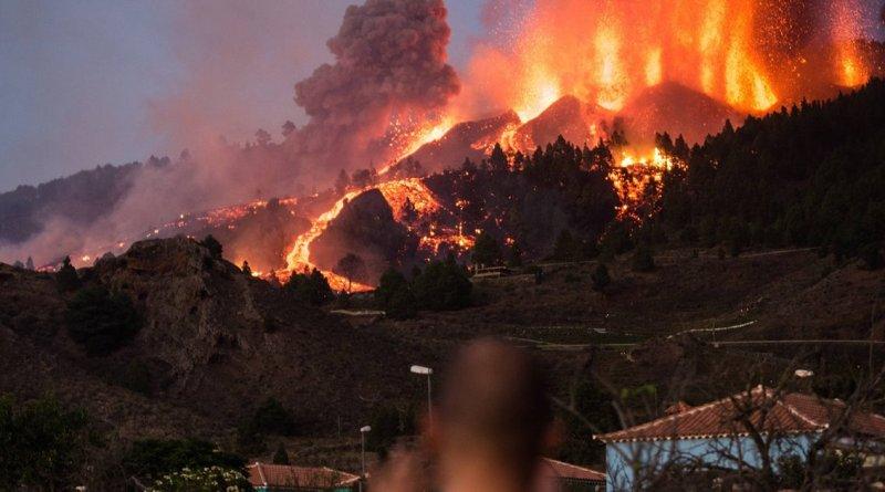 El volcán Cumbre Vieja vuelve a resurgir tras dos horas parado