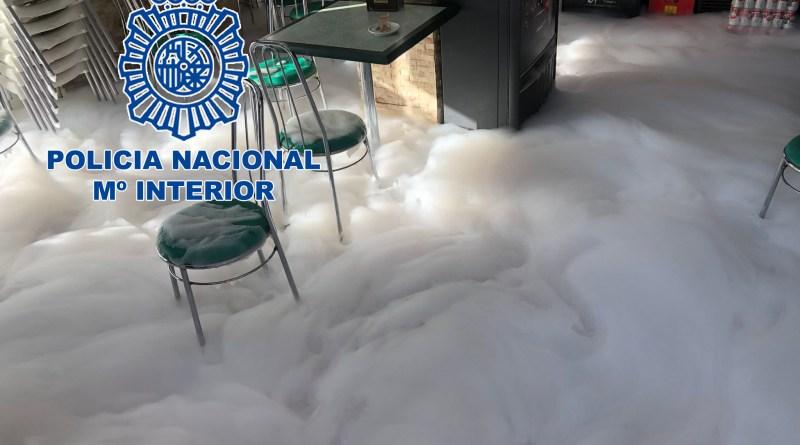 La Policía Nacional ha detenido en Alicante a una persona por rociar con gasolina un establecimiento y amenazar con prenderle fuego