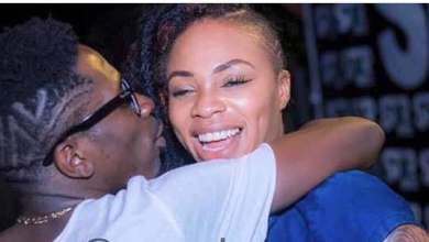 Photo of VIDEO: Shatta Deep-Kisses Michy To Launch His Car Prize