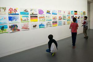 Bildern von geflüchteten Kindern