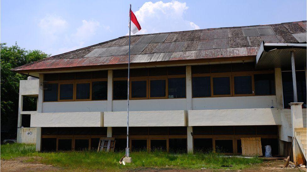 Prédio abandonado de empresa de pesca em Muara Baru, Jacarta. Foto: BBC