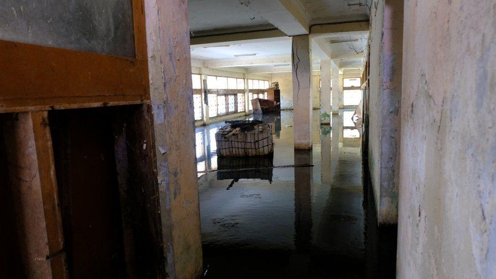 Interior de prédio abandonado de empresa de pesca em Muara Baru, Jacarta. Foto: BBC