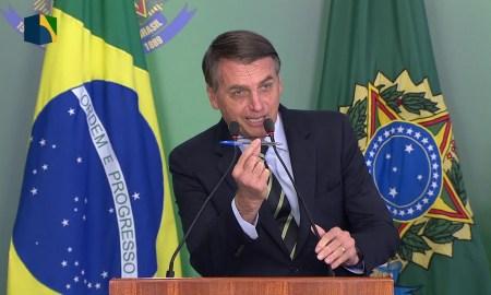 Bolsonaro com a caneta: resultado do referendo não se questiona. Foto: Reprodução/NBR