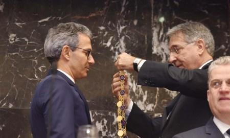 Pimentel entrega a Zema o Grande Colar da Inconfidência e o déficit de Minas: dívida pesada. Foto: Manoel Marques/Imprensa MG