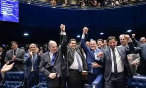 Alcolumbre recebendo os parabéns: vitória do governo. Foto: Agência Senado