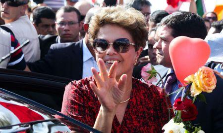 Brasília - Ex-presidenta Dilma Rousseff se despede de militantes ao deixar o Palácio da Alvorada com destino à Base Aérea, de onde embarcará em avião da FAB para Porto Alegre onde passará a residir (Wilson Dias/Agência Brasil)