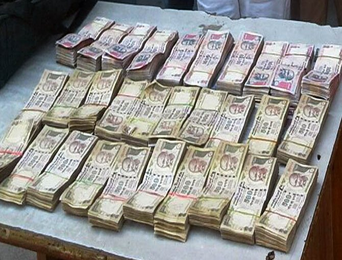 old currency notes worth 73 lakh rs seized from 2 policemen in haryana