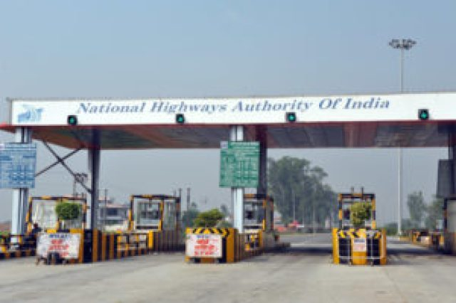 bjp leaders not giving toll tax at toll booth and doing open hooliganism