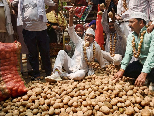 farmer किसान selling potatoes