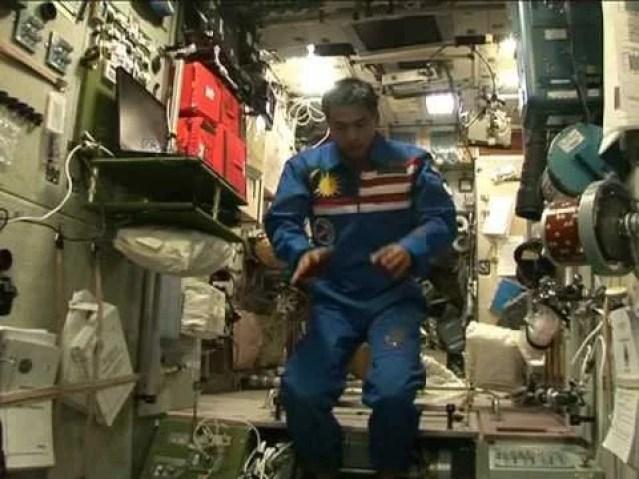 muslim man praying in space अंतरिक्ष