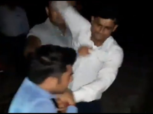railway police hit journalist पत्रकार