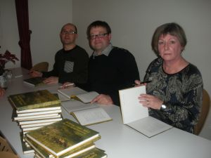 De tre forfattere i gang med at dedikere bogen