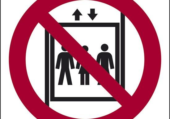 (vietato il trasporto di persone con il montacarichi)