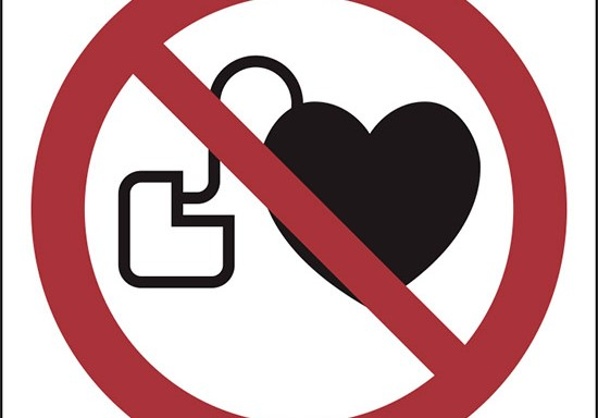 (vietato l'accesso ai portatori di stimolatori cardiaci attivi – no access for people with active implanted cardiac devices)