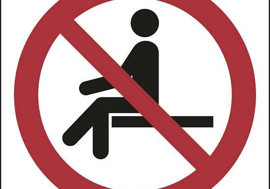 (vietato sedersi – no sitting)