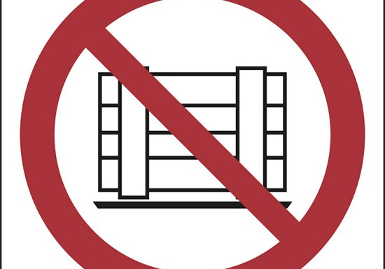 (vietato ostruire il passaggio – do not obstruct)