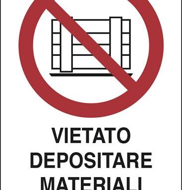VIETATO DEPOSITARE MATERIALI DAVANTI AL PORTONE