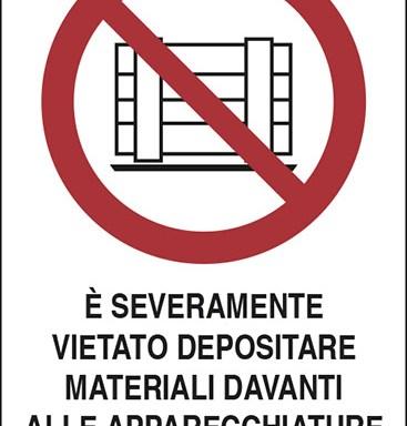 E' SEVERAMENTE VIETATO DEPOSITARE MATERIALI DAVANTI ALLE APPARECCHIATURE ELETTRICHE