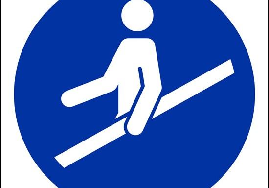 (e' obbligatorio usare il corrimano – use handrail)