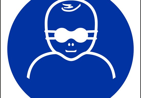 (e' obbligatorio proteggere i bambini con occhiali con lenti opache – protect infants' eyes with opaque eye protection)