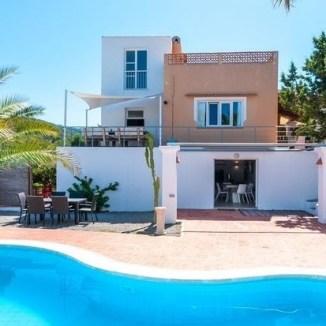 Villa met zwembad en gastenverblijf