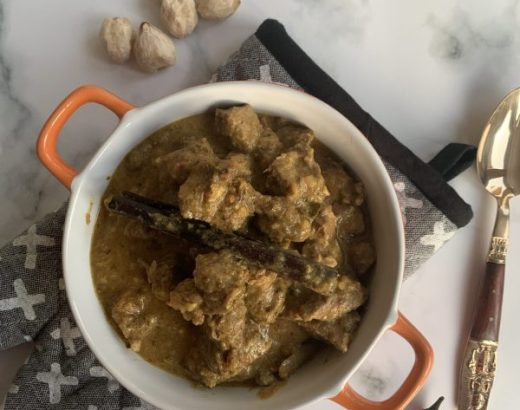 Gulai dombai curry van lamsvlees met kokos
