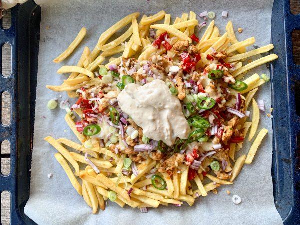 Loaded fries met shoarma en knoflooksaus