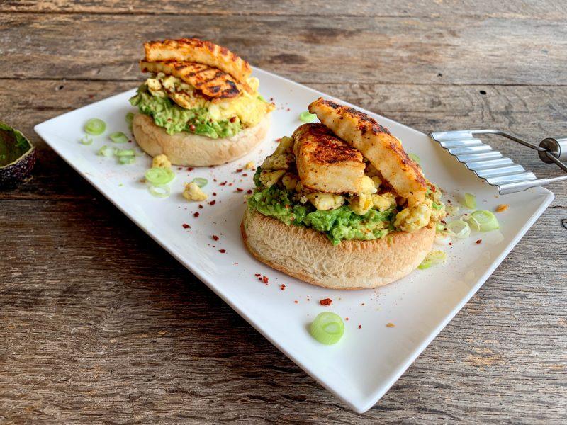 Luxe lunchbol avocado pittige halloumi roerei