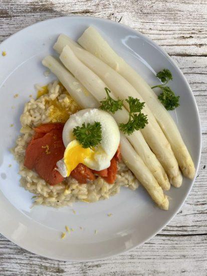 Risotto met asperges, zalm en gepocheerd ei