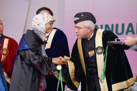 JMI Chancellor Lt Gen (Retired) M A Zaki presenting a Gold Medal to a graduating student at the university's Convocation-2016