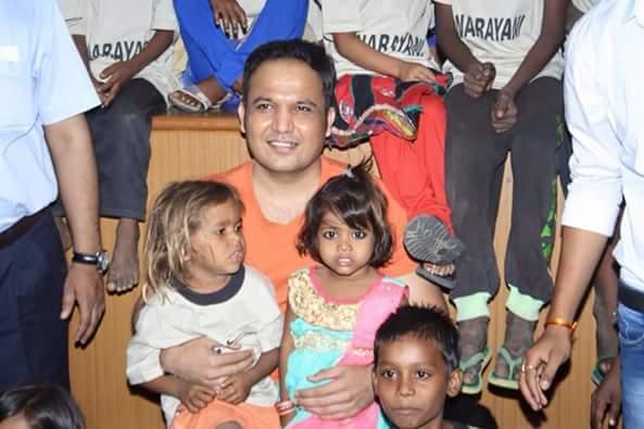 अनाथ बच्चों के साथ लांडे