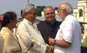 बिहार पहुचे प्रधानमंत्री मोदी, मुख्यमंत्री ने गुलाब का फूल देकर किया स्वागत