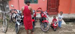 बिसकरमा पूजा के दिन साइकिल के इसपोक से लेकर घंटी तक को सरेस पेपर से चमका देते थे..