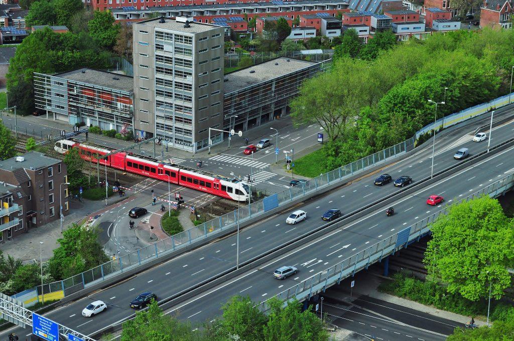 city-crossing-crossroad-traffic