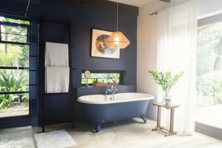Bathroom with black wall and hanging lamp - An infallible guide to choosing the right paint