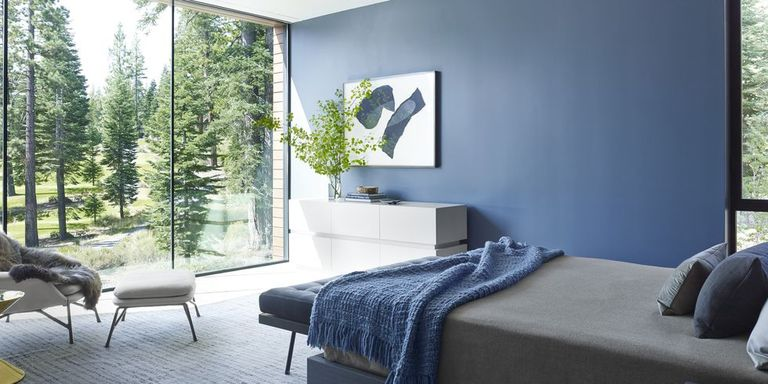 Bedroom with blue wall and gray bed - An infallible guide to choosing the right paint