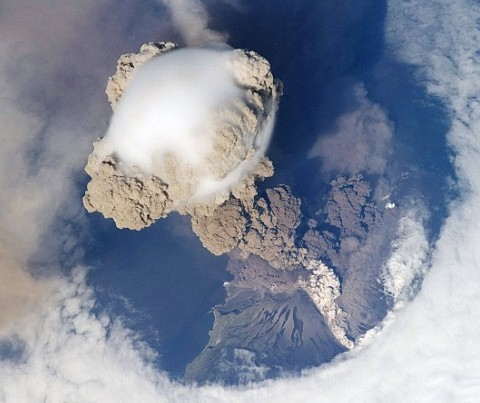La erupción del volcán Sarychev vista desde la Estación Espacial Internacional