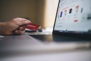 Tarjeta de crédito cerca de un ordenador