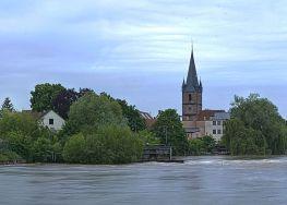 Aufgenommen im Juni 2013, die Regnitz führt Hochwasser. Im Hintergrund der Kirchturm der Kirche Peter und Paul. Im Vordergrund die Regnitz mit Wehr.