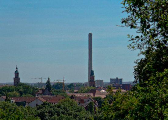 Blick vom Erlanger Burgberg (Skulpturengarten) auf die Stadt mit dem Schornstein der Erlanger Stadtwerke.