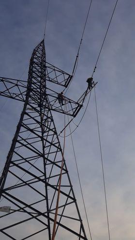Técnicos de la Ande localizaron y arreglaron la avería en la línea de 220 mil voltios en Gleba 8, San Alberto.