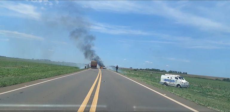Los delincuentes quemaron una camioneta en medio de la ruta para cubrir la fuga.