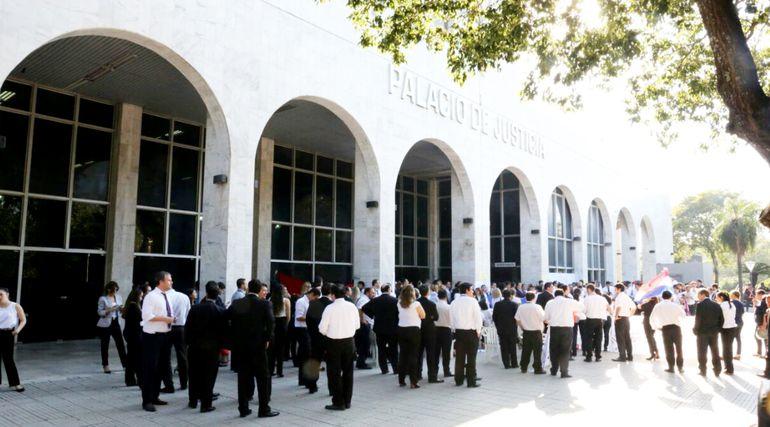 Funcionarios del Poder Judicial acordaron realizar una huelga de un mes, con sus pares del Ministerio Público. Este lunes los líderes gremiales definen  cuándo se inicia la medida.
