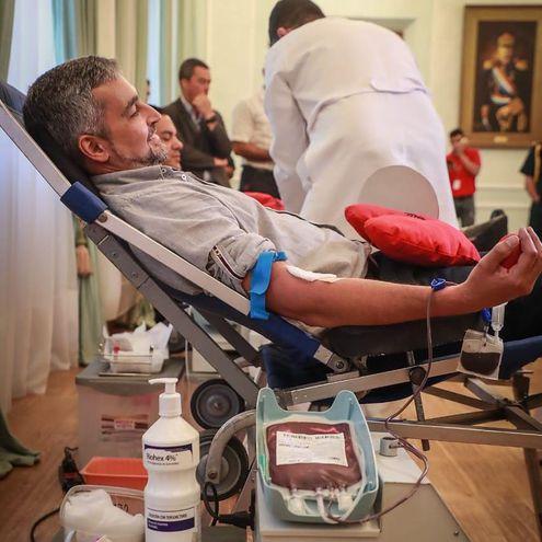 El presidente de la República, Mario Abdo Benítez (Marito) dona sangre en pleno Palacio de López.