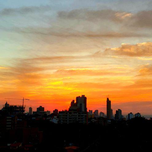 atardecer edificios Asunción cielo nubes temperatura clima pronóstico sol