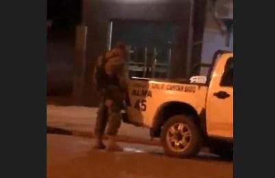Agente de Policía grabado en vídeo mientras orinaba.